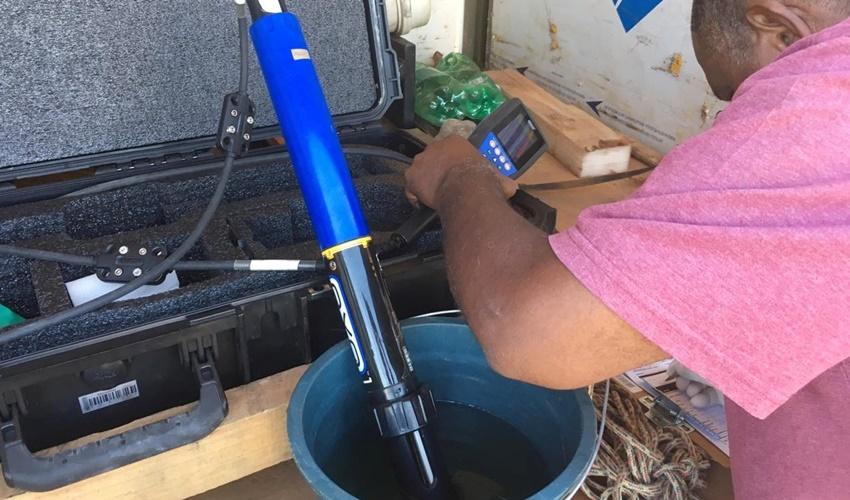 Técnicos da Semad recolhem amostras da água do Rio Meia Ponte