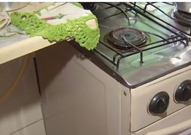 Mulher vai reconhecer corpo do marido e tem móveis da casa roubados. (Foto: Reprodução/TV Anhanguera)
