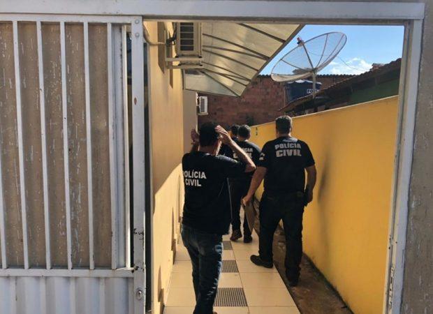 Agentes apreenderam documentos na casa do empresário (Foto: PC-GO)