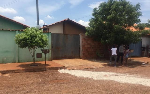 Mulher é presa suspeita de matar o filho enforcado, em Santa Helena de Goiás