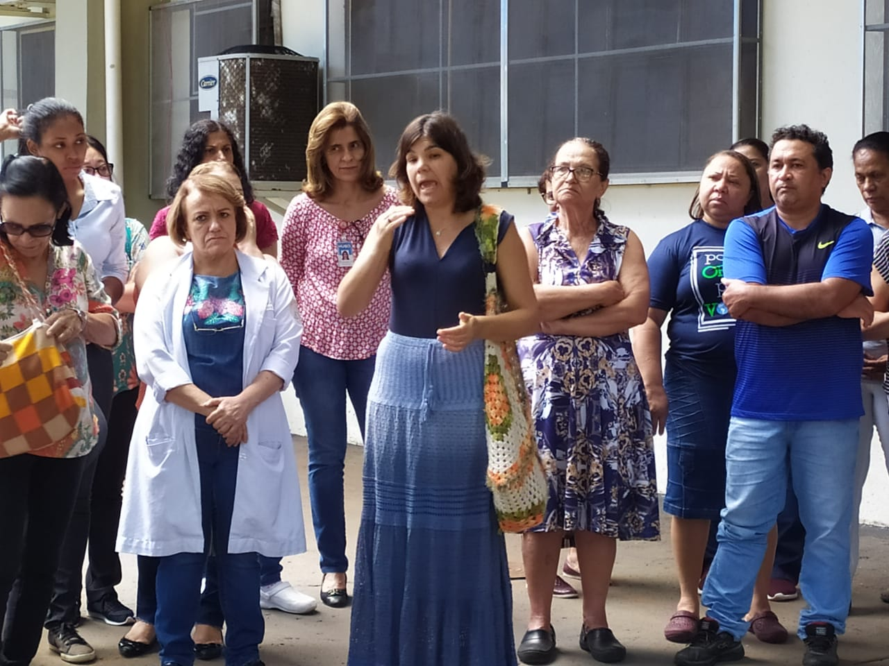 Cerca de 70 servidores do Hospital de Urgências de Goiânia (Hugo), em Goiânia, protestaram contra a remoção de quase 300 funcionários efetivos da unidade. (Foto: Reprodução)