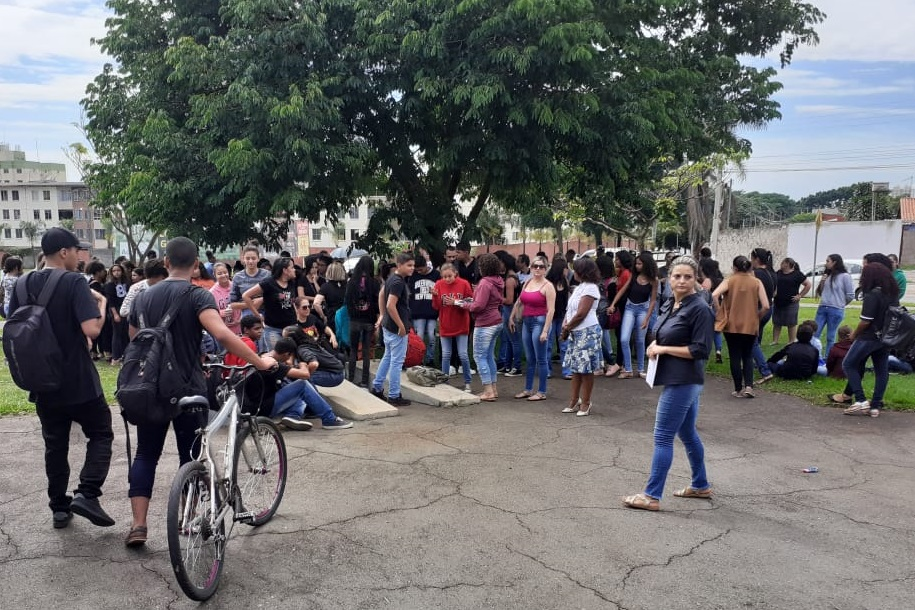 Professores protestam na Seduce contra a retirada de profissionais de apoio das escolas