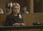 Em 'A Dona do Pedaço', Kim (Monica Iozzi) fica envergonhada ao ter seu nome verdadeiro anunciado no tribunal — (Foto: TV Globo)
