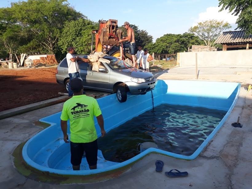 Carro cai dentro de piscina após criança de dois anos dar partida, em SP