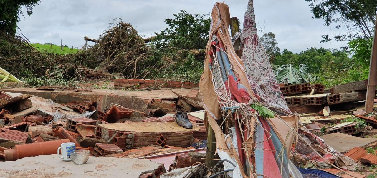 Uma família que perdeu a casa, criação de galinhas, porcos e verduras após rompimento de represa em Pontalina pede ajuda. (Foto: Bárbara Zaiden/Mais Goiás)