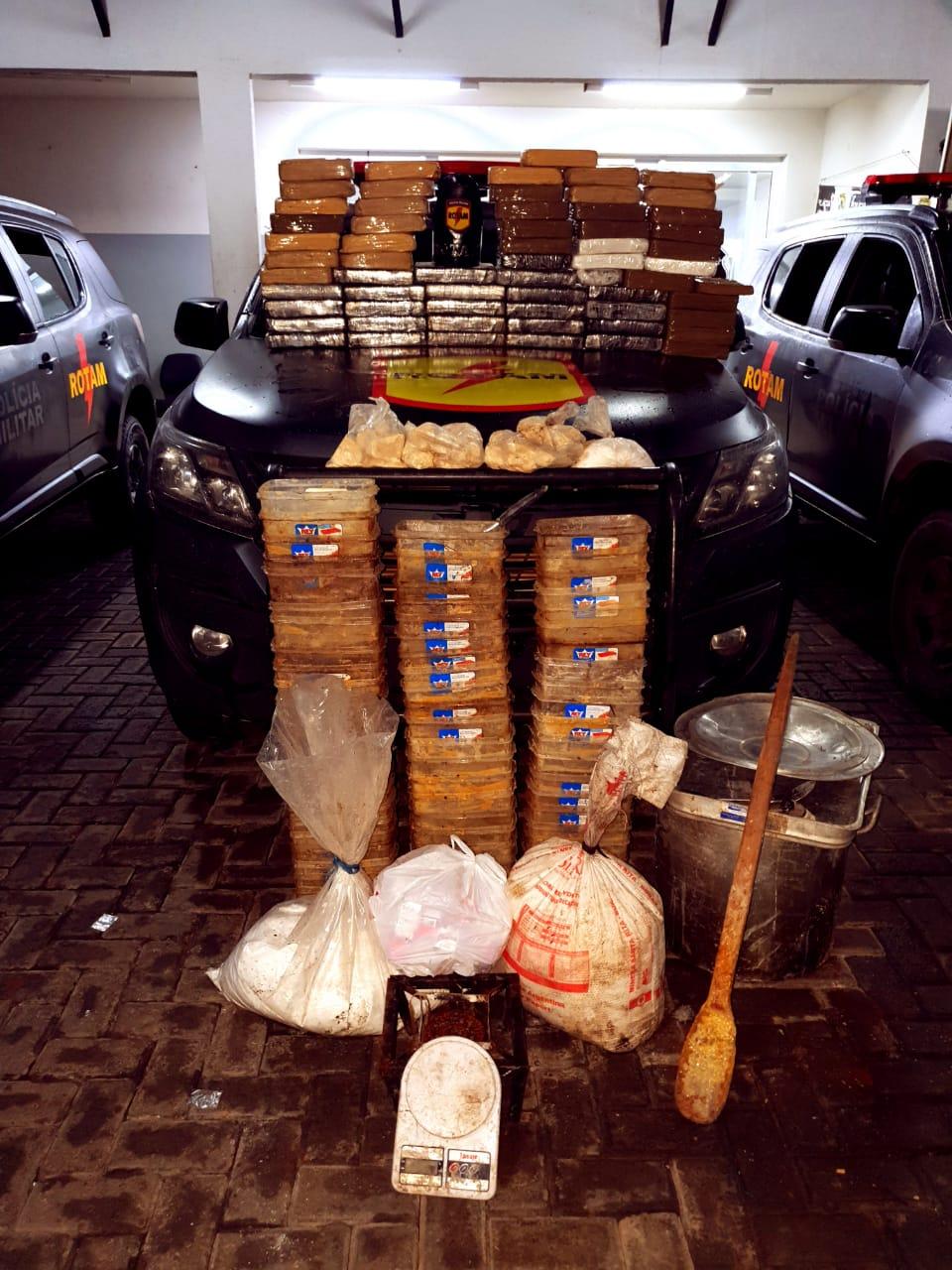 Três homens são presos por roubo de veículos e manter laboratório de refino de cocaína, em Abadia de Goiás