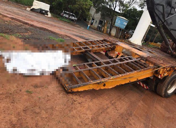 Homem morre após rampa de caminhão cair sobre a cabeça, em Caldas Novas (Foto: Divulgação/Corpo de Bombeiros)