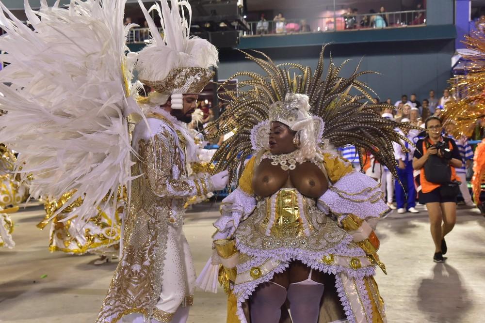 Jojo Todynho desfila com seios à mostra na Sapucaí