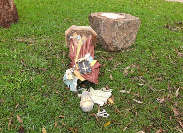 A imagem de um santo colocada na Paróquia Sagrado Coração de Jesus, no município de Pires do Rio, ficou destruída após ato de vandalismo (Foto: reprodução)
