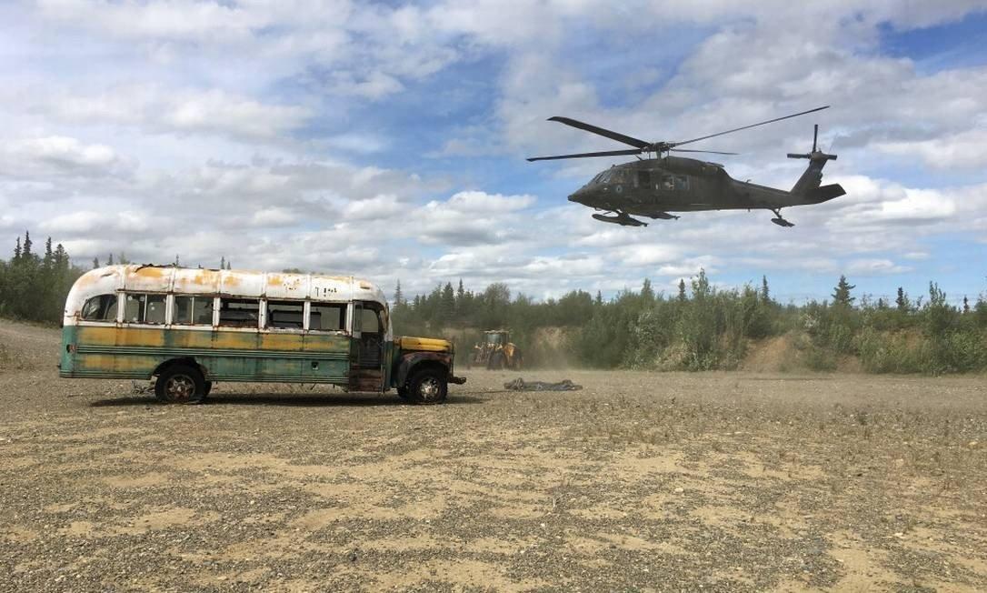 Ônibus de 'Na natureza selvagem' é removido do deserto por helicóptero