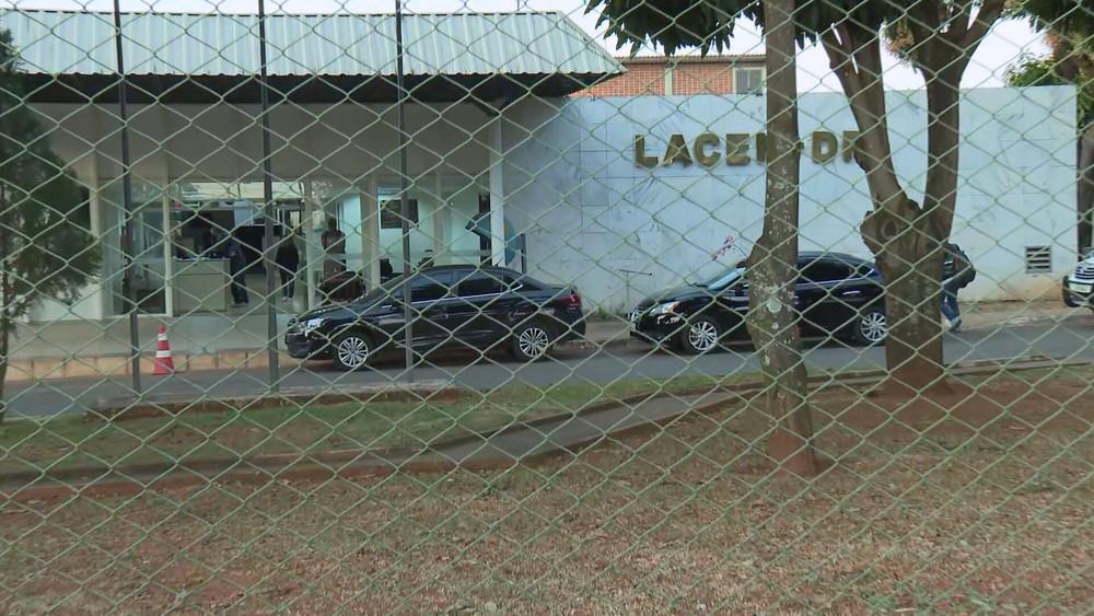 Registro da presença do Gaeco no Lacen-DF (Foto: reprodução/Internet)
