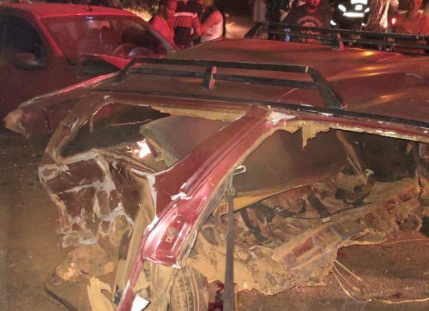 Um carro ficou partido ao meio após se envolver em um acidente de trânsito envolvendo outros dois veículos na entrada do Setor Santa Fé, em Trindade. Foto: divulgação