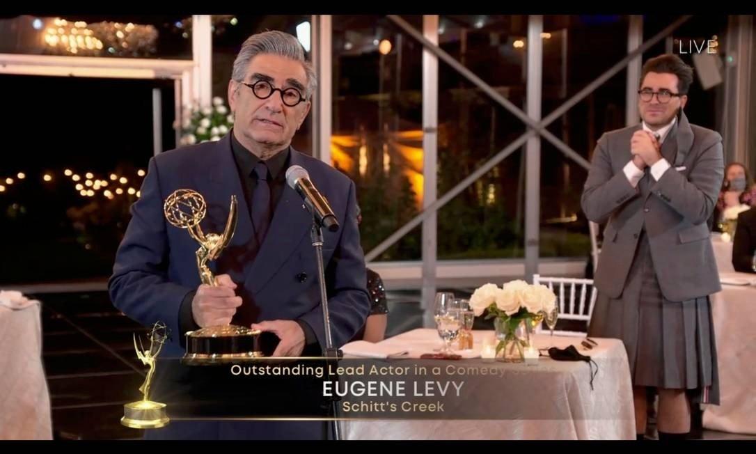 Eugene Levy e o filho, Dan Levy (ao fundo), dupla por trás de 'Schitt's Creek', melhor comédia do Emmy 2020 Foto: AFP