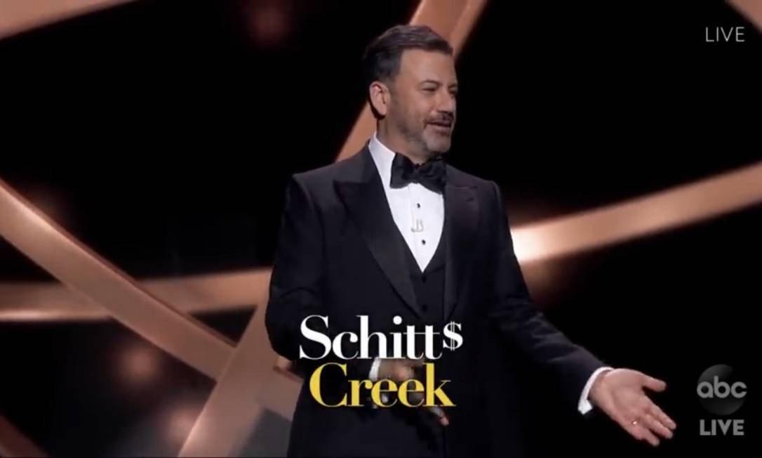 'Schitt's Creek': série precisou ser 'legendada' toda vez que era citada por Jimmy Kimmel para não ser confundida com palavrão Foto: Reprodução