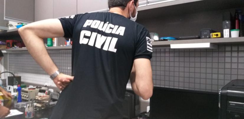 Policiais cumprem mandado de busca em Goiânia (Foto: Polícia Civil)