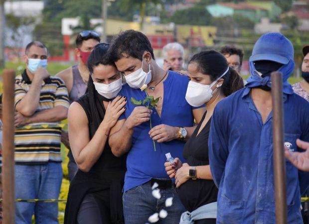 Zezé di Camargo é amparado pela companheira, Graciele Lacerda (Foto: Jucimar de Sousa)