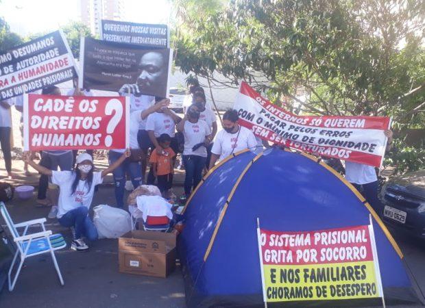 Familiares de presos realizam manifestação nesta segunda-feira (30) e denunciam tortura e falta de direitos em presídios de Goiás. (Foto: reprodução)
