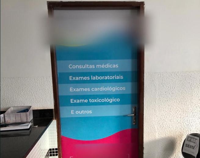 Totem da clínica supostamente usada para lesar a prefeitura de Piracanjuba (Foto: Polícia Civil)