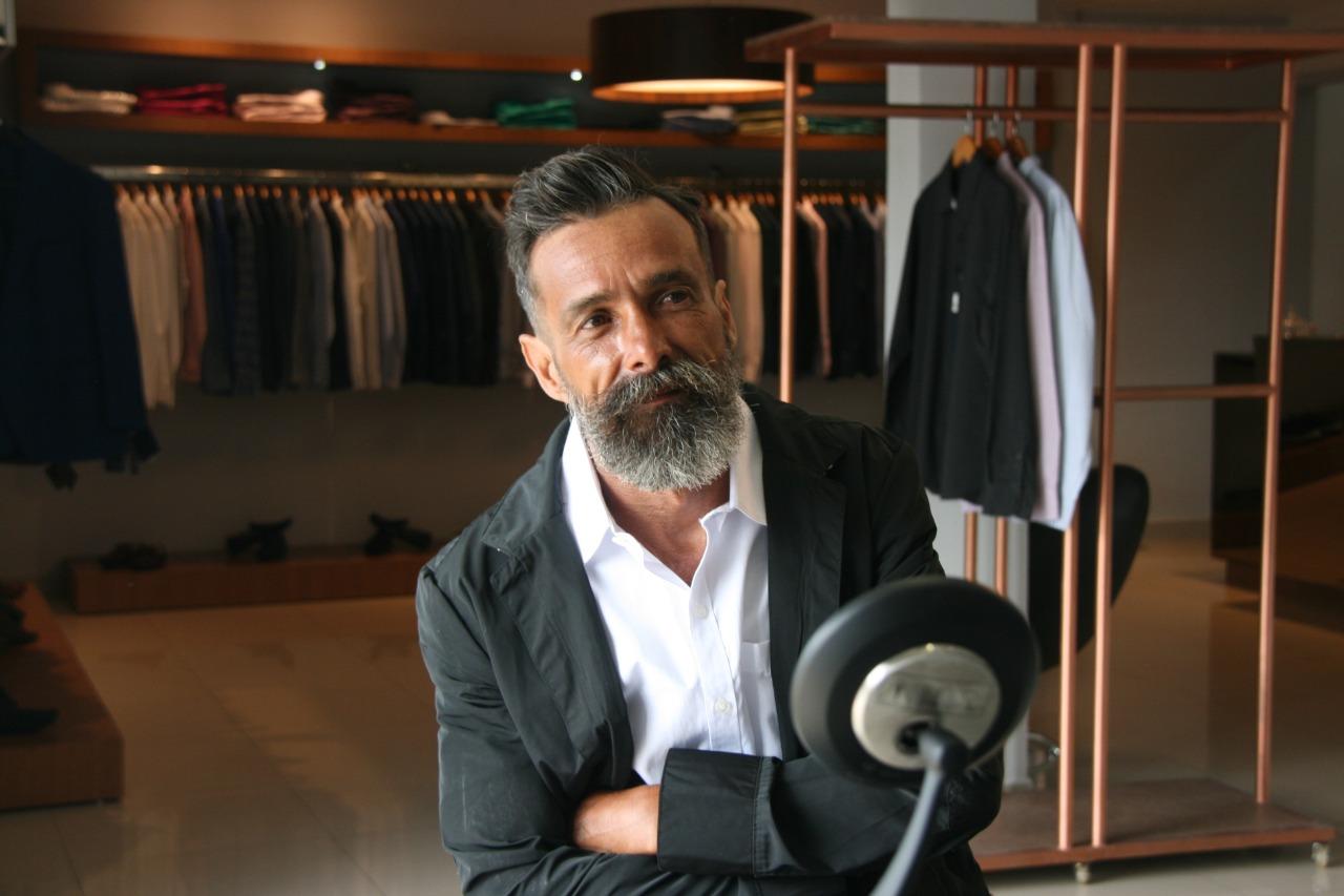Catador de latinha ganha transformação e banho de loja em barbearia de Goiânia; veja