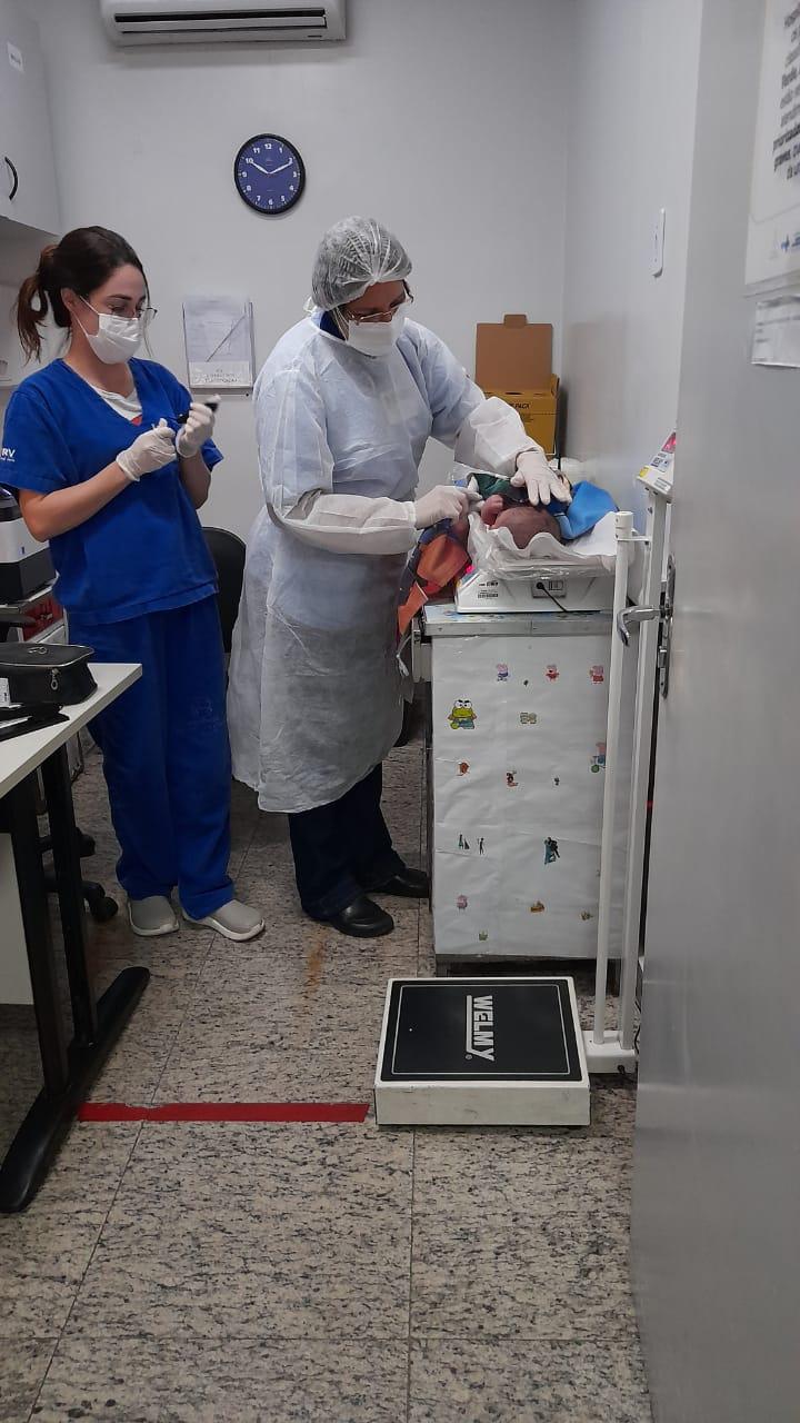Bebê encontrado passa por exames médicos no Materno Infantil (Foto: divulgação/Bombeiros)