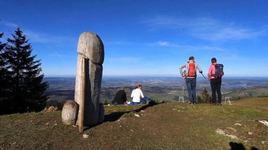 Polícia investiga desaparecimento de escultura em formato de pênis; confira imagem