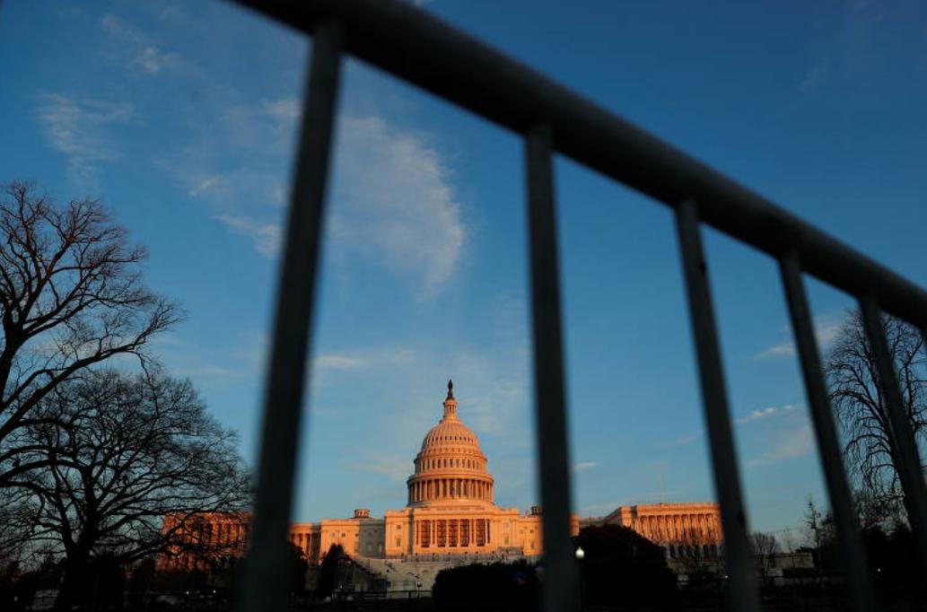O Capitólio, sede do Legislativo americano, com grades um dia após a invasão de apoiadores do presidente Donald Trump (Foto: Shannon Stapleton / Reuters)