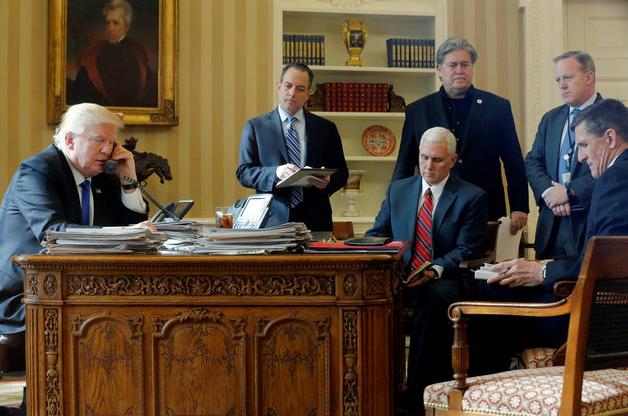 Bannon (em pe, todo de preto), acompanha reunião na Casa Branca em janeiro de 2017 (Foto: Jonathan Ersnt / Reuters)