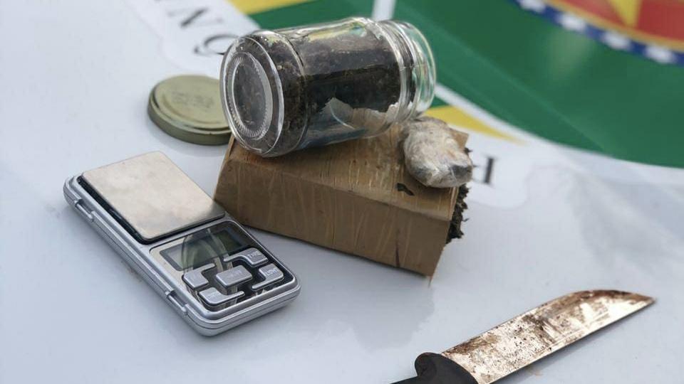 Homem suspeito de tráfico e menor de idade são apreendidos no setor Palmares, em Trindade Leste, com porções de maconha (Foto: Reprodução / PM)