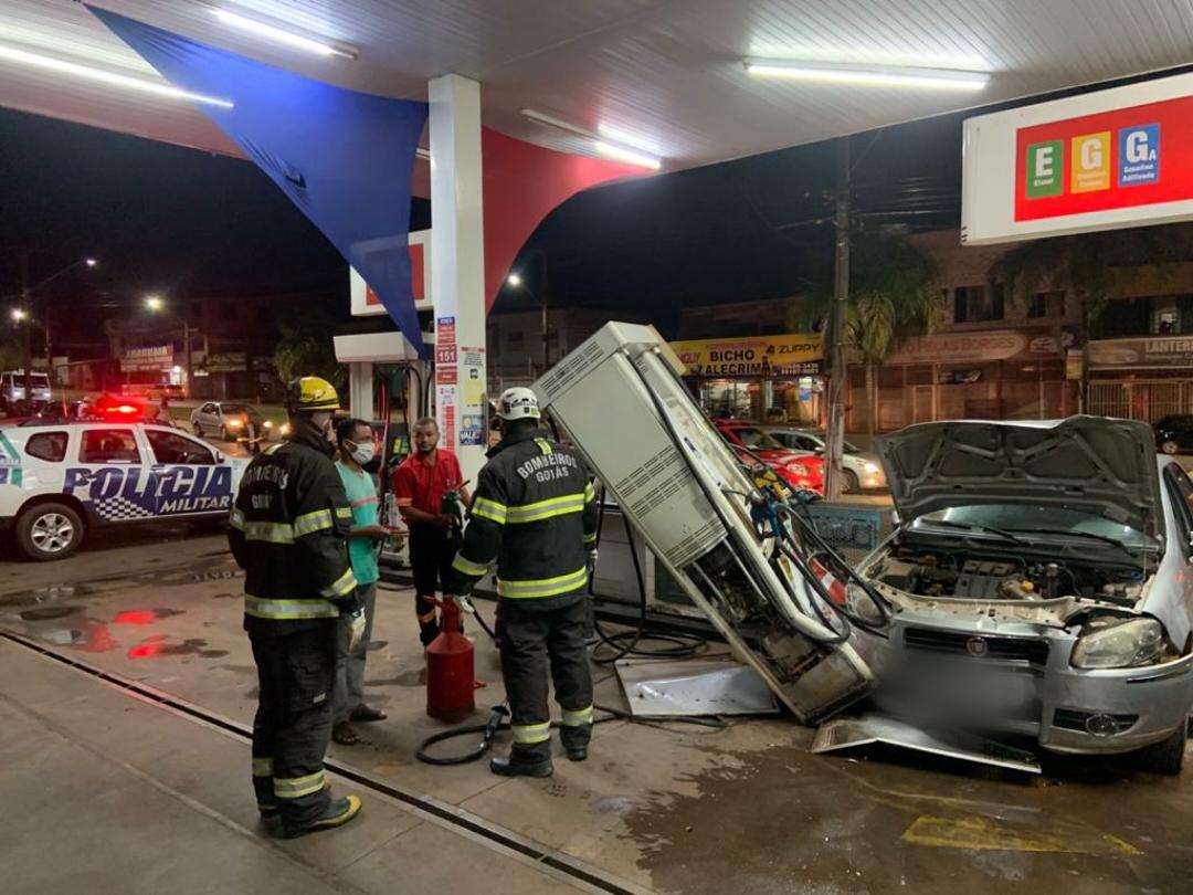 Mulher embriagada perde controle e bate veículo em bomba de posto de combustíveis
