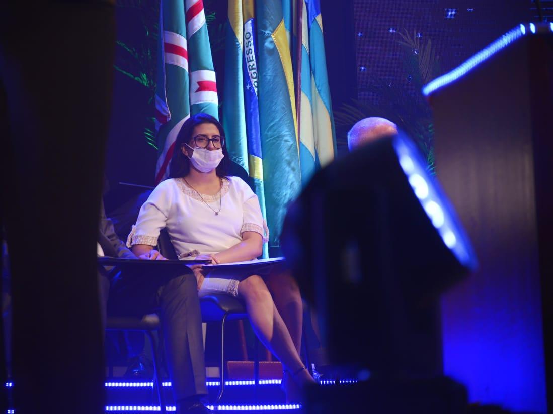 Rodart também foi flagrada usando equipamento de forma incorreta, com nariz de fora, durante evento de posse (Foto: Jucimar de Sousa/Mais Goiás)