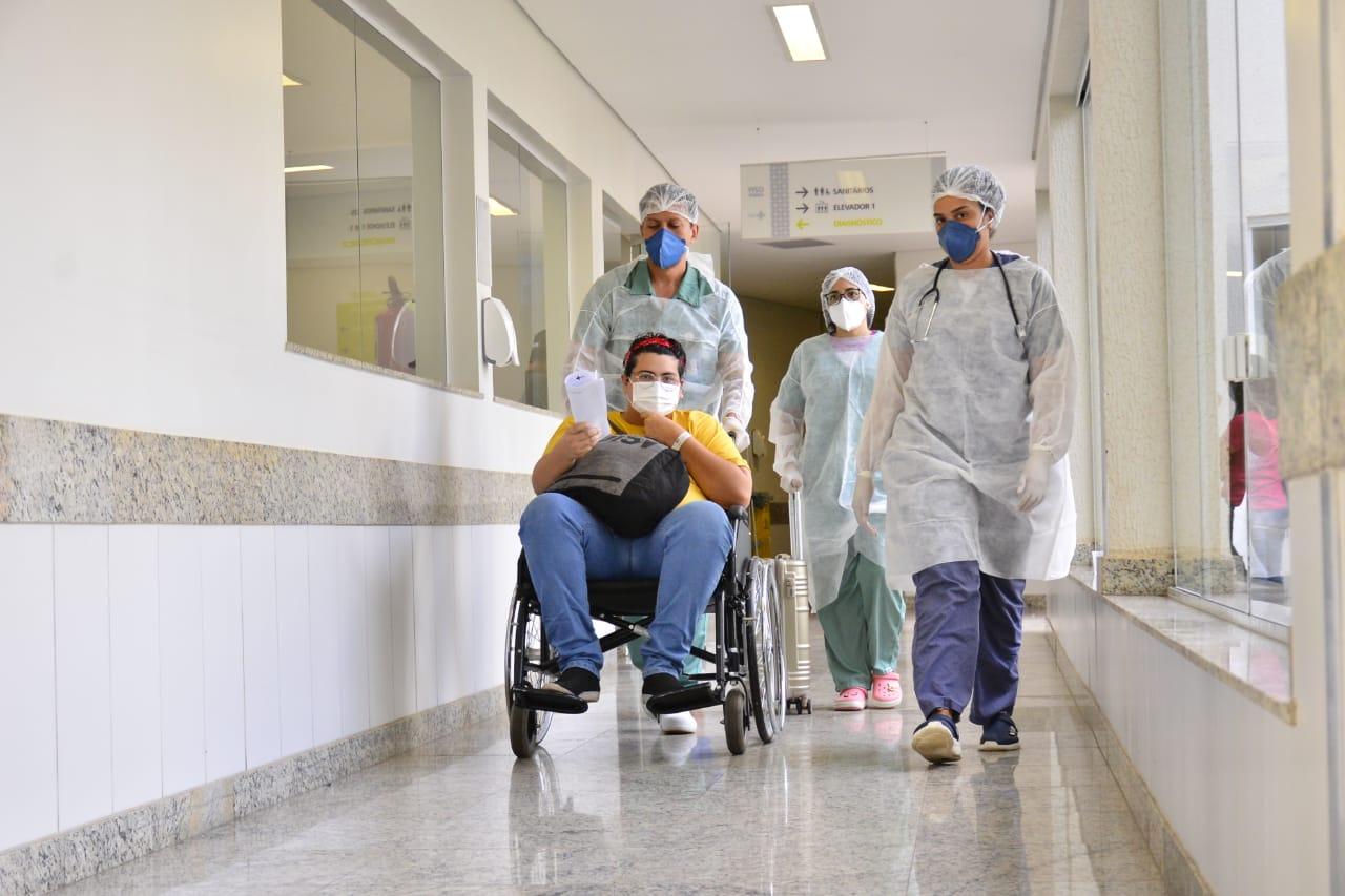 Quatro pacientes de Manaus recebem alta em Aparecida de Goiânia