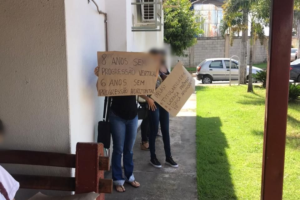 Professores de Aparecida protestam pela volta de pagamento de dobras (Foto: Leitor/Mais Goiás)