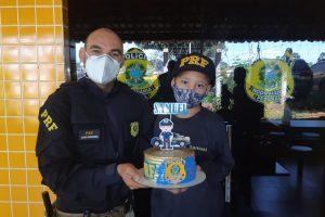 PRF faz surpresa a criança de sete anos que sonha em ser policial