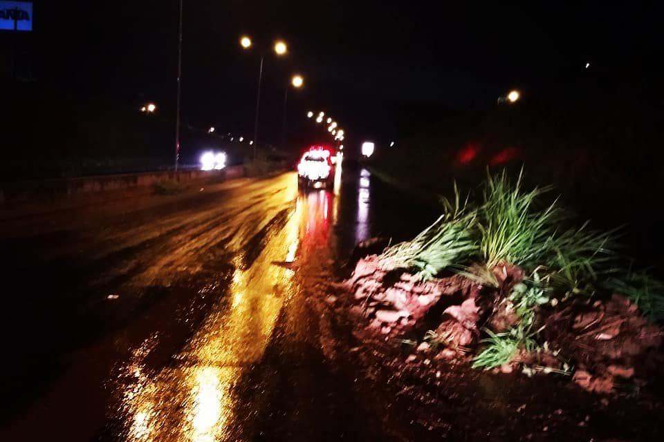 Chuva causa alagamentos, deslizamento de terra e arrasta carros em Rio Verde