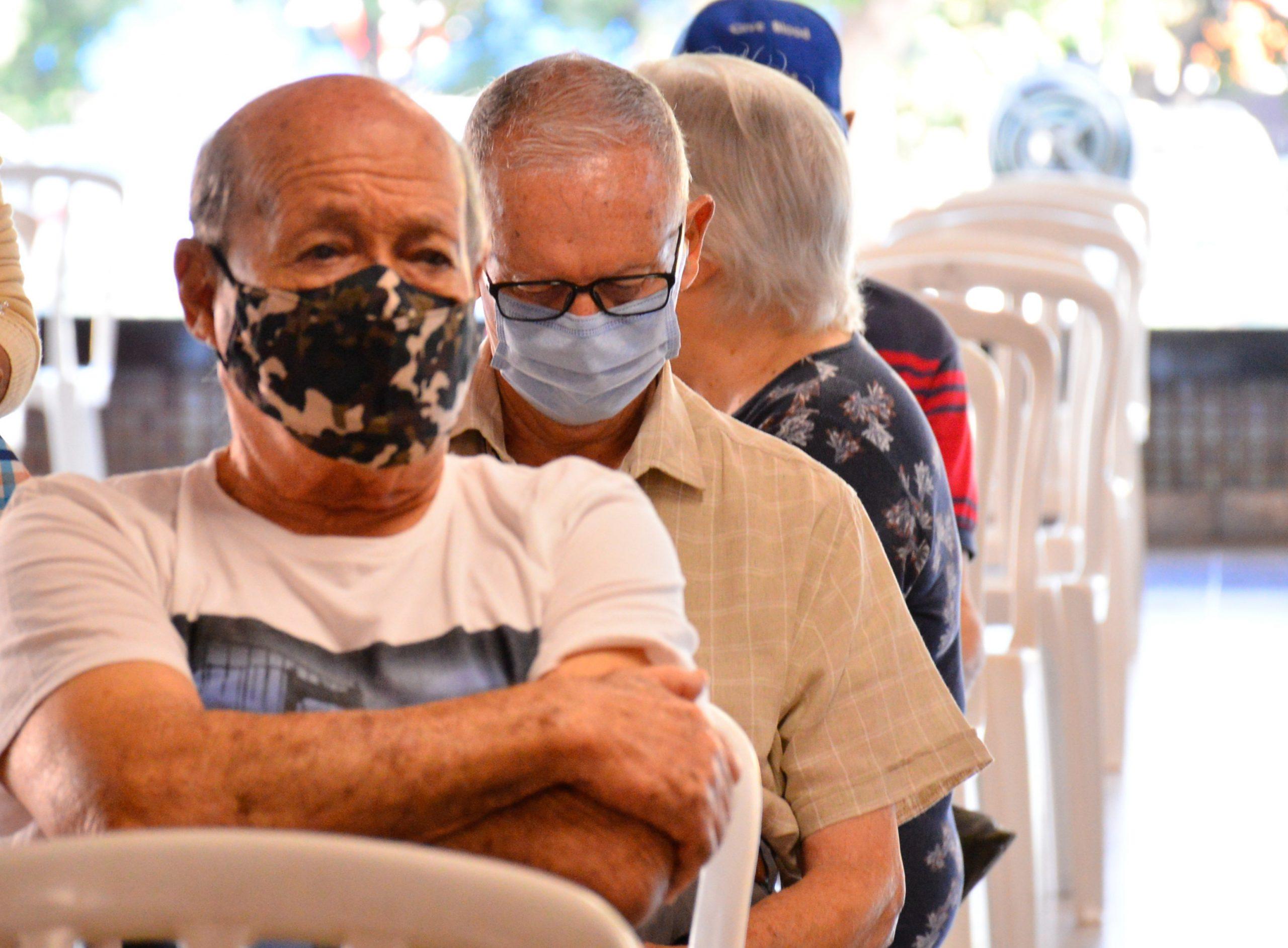 Idosos acima de 80 anos recebem segunda dose da Coronavac em Aparecida