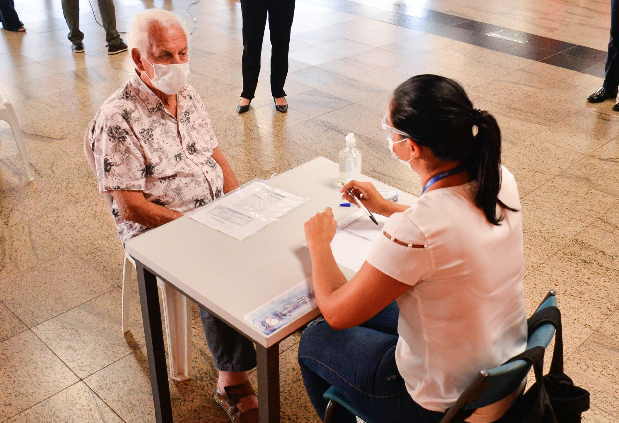 Idosos acima de 80 anos recebem segunda dose da Coronavac em Aparecida (Foto: Jucimar de Sousa / Mais Goiás)