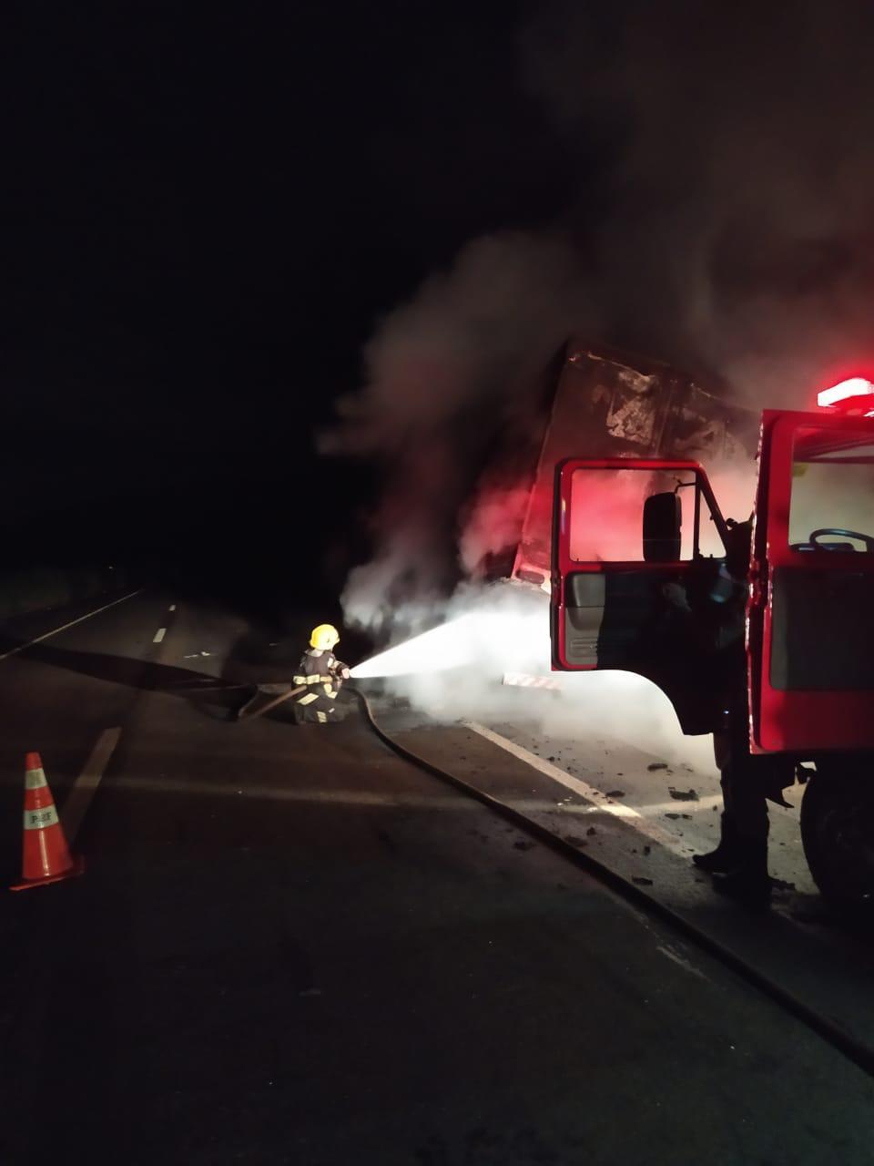Caminhão carregado de frango pega fogo BR-060, em Varjão (Foto: Divulgação/Corpo de Bombeiros)