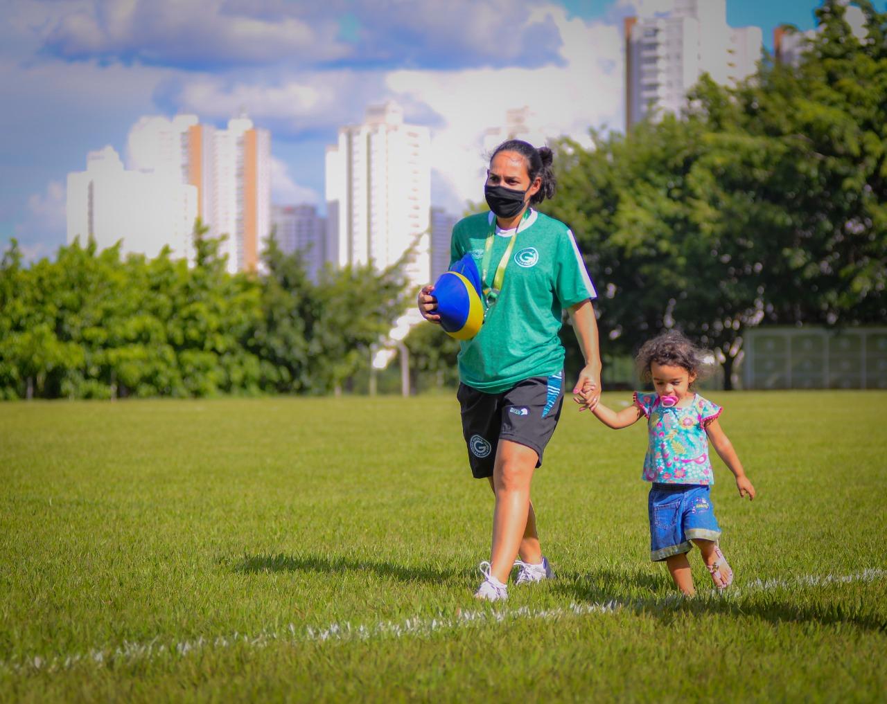 Ana Júlia Menezes Rocha Herzog, preparadora física do Goiás Esporte Clube e a filha Agnes, de 2 anos (Foto: Jucimar de Sousa/Mais Goiás)